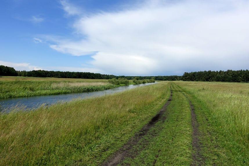 Radweg entlang des Flusses