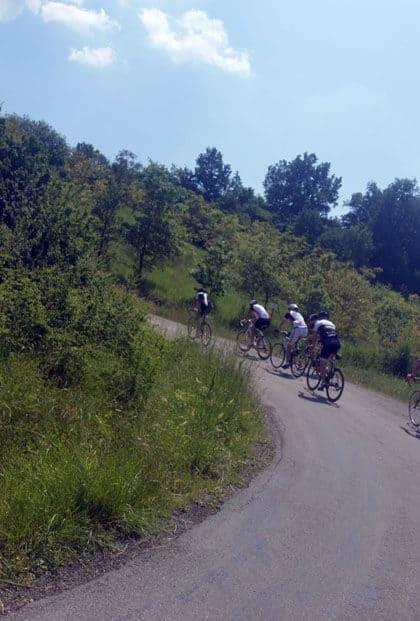 Rennradgruppe fährt den Berg in Italien hoch